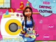 Помогаем маме стирать вещи